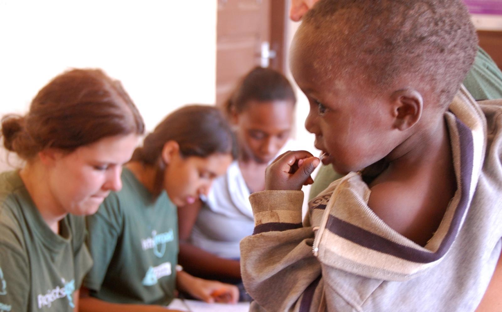 アフリカの発展途上国で社会福祉活動に取り組むインターンたち